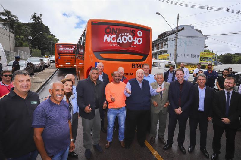 Entrega de 63 novos ônibus para a frota do transporte coletivo de Curitiba, atingindo a marca de 400 ônibus entregues desde 2017. Na imagem Prefeito Rafael Greca faz a entrega dos veiculos novos na canaleta do Bairro Santa Candida - Curitiba, 03/03/2020 - Foto: Daniel Castellano / SMCS