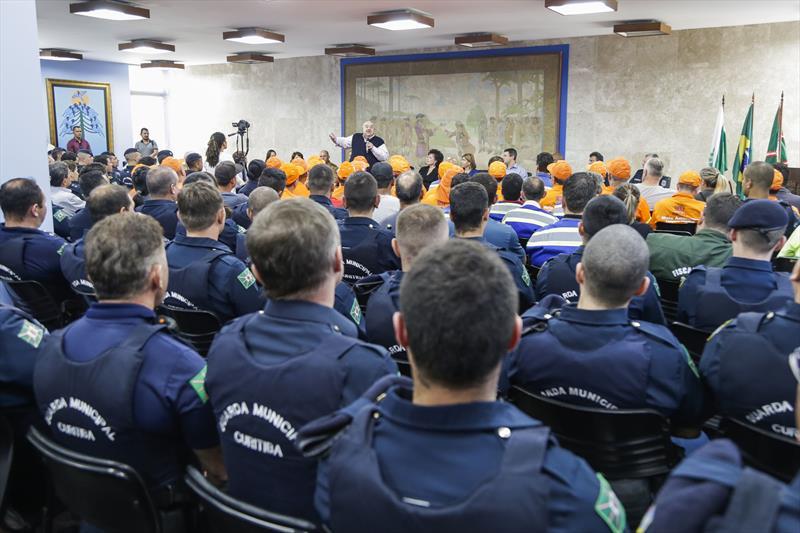 Prefeito Rafael Greca homenageia os servidores que trabalharam na proteção e recuperação do Centro Histórico. Curitiba, 06/03/2020. Foto: Pedro Ribas/SMCS