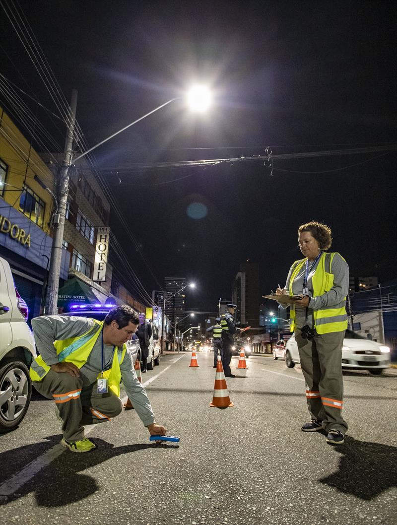 Funcionarios de empresa contratada fazem verificação de pontos de iluminação na Avenida Sete de Setembro - Curitiba, 28/02/2020. - Foto: Daniel Castellano / SMCS