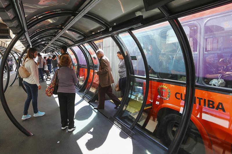 Urbs recomenda que idosos evitem usar ônibus no horário de pico. Foto: Daniel Castellano/SMCS