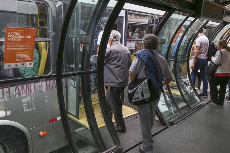 Urbs recomenda que idosos evitem usar ônibus no horário de pico. Foto: Pedro Ribas/SMCS