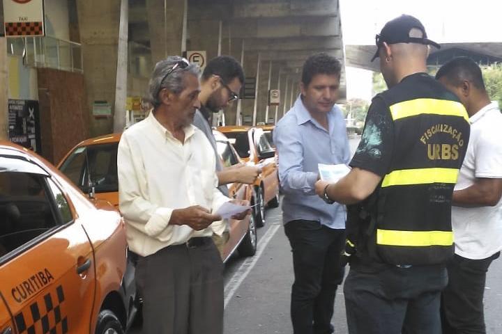 Urbs orienta taxistas contra coronavírus com distribuição de folder. Foto: Divulgação