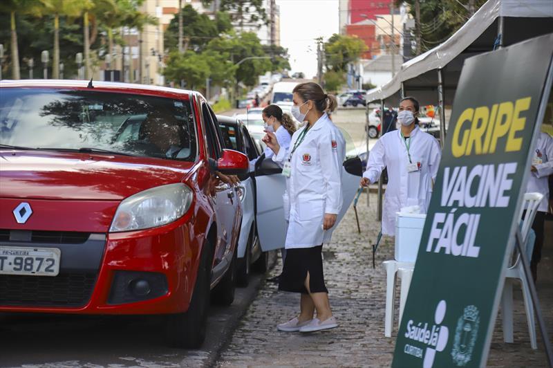 Inicio da Campanha de vacinação contra a gripe para idosos em Curitiba. Na imagem profissionais de saúde aplicam vacinas para idosos que não precisam sair do veiculo, em um dos pontos na Praça do Atlético - Curitiba 23/03/2020 - Foto: Daniel Castellano / SMCS