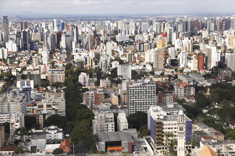 Prefeitura amplia prazo para protocolar na antiga Lei de Zoneamento.  - Na imagem, vista aérea de Curitiba . -  Foto: Luiz Costa/SMCS