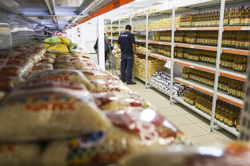 Prefeitura garante entrega de alimentos para 17 mil estudantes carentes.  - Na imagem, armazém da Família Uberaba, no Cajuru.   Foto: Pedro Ribas/SMCS