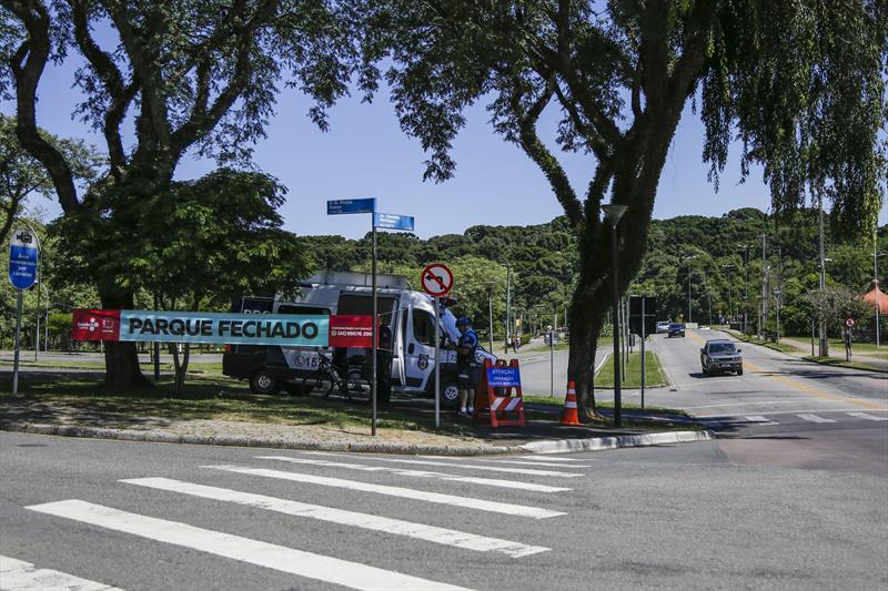 Novos parques da cidade têm os estacionamentos fechados para reduzir circulação.  - Na imagem,  estacionamentos do Parque Barigui.  Curitiba, 26/03/2020.  Foto: Pedro Ribas/SMCS