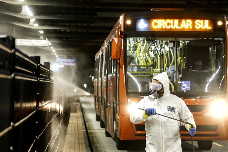 Higienização no terminal do pinheirinho contra o novo coronavírus. Curitiba,27/03/2020. Foto: Luiz Costa /SMCS.