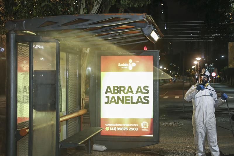 Higienização em ponto de táxi ao lado do terminal do Campina do Siqueira contra o novo coronavírus. Curitiba, 29/03/2020. Foto: Luiz Costa /SMCS.