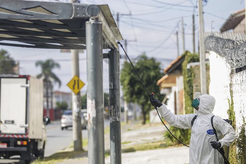 Higienização dos pontos de ônibus da Clear Channel no Cajuru. Curitiba, 31/03/2020. Foto: Pedro Ribas/SMCS