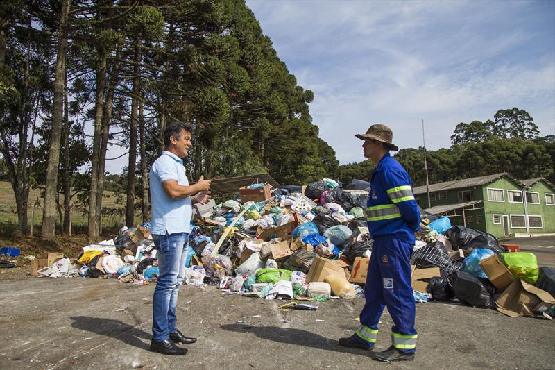 Entre os cuidados com os associados do Ecocidadão, recicláveis passam 24 horas em quarentena antes da separação. Campo Magro, 02/04/2020. Foto: Pedro Ribas/SMCS