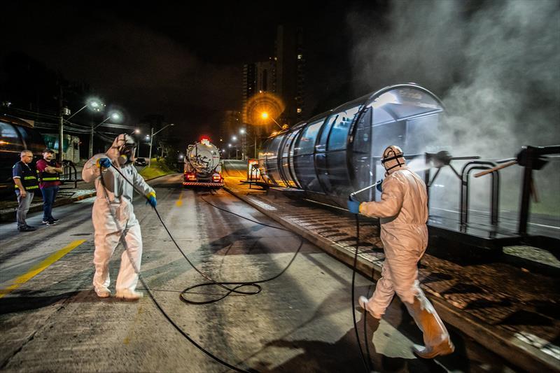 Estações tubo do transporte coletivo de Curitiba passam por processo de assepsia.  - Curitiba, 01/04/2020 - Foto: Daniel Castellano / SMCS