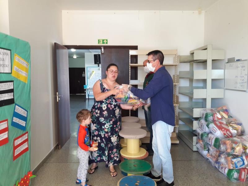 Famílias recebem cestas básicas para compensar a falta da alimentação escolar. Foto: Divulgação