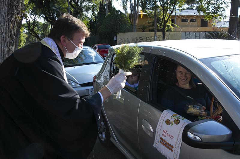 Comunidade ucraniana recebem a Benção dos Alimentos no sistema drive-thru na Catedral Ucraniana de São João Batista, no Água Verde. Curitiba. 12/04/2020. Foto: Ricardo Marajó/SMCS