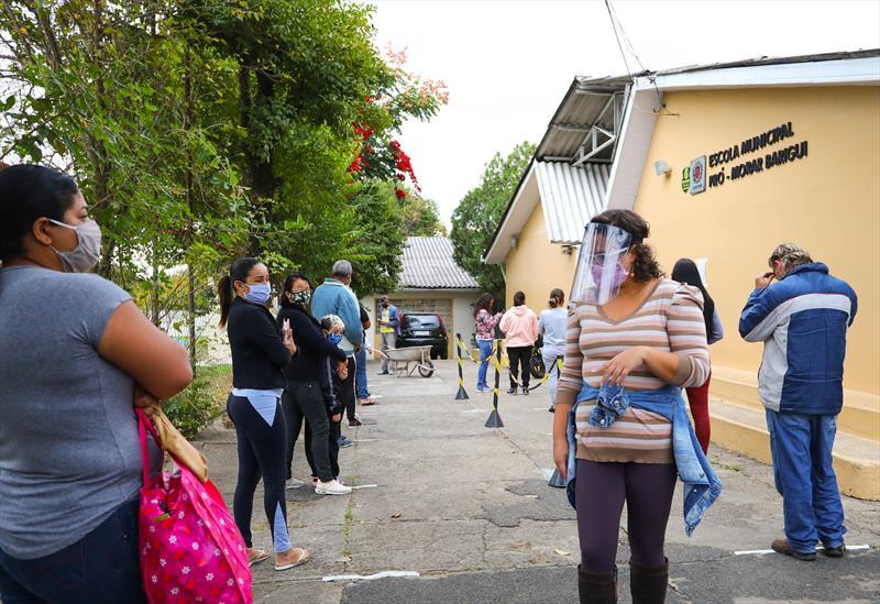 Prefeitura realiza doações de cestas básicas para a família de estudantes da rede municipal de ensino. Na imagem distribuição na escola Pro Morar Barigui na CIC - Curitiba, 13/05/2020 - Foto: Daniel Castellano / SMCS