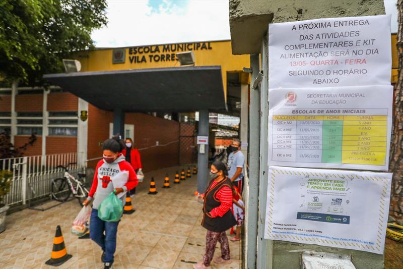 Prefeitura realiza doações de cestas básicas para a família de estudantes da rede municipal de ensino. Na imagem distribuição na escola Municipal Vila Tores - Curitiba, 13/05/2020 - Foto: Daniel Castellano / SMCS
