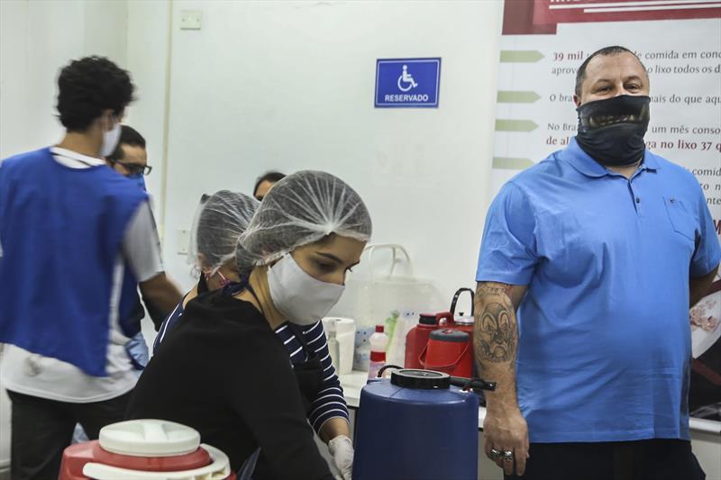 O Chef Eduardo Seixas, que está preparando lanches para o Mesa Solidária. Curitiba,19/05/2020. Foto: Luiz Costa /SMCS.