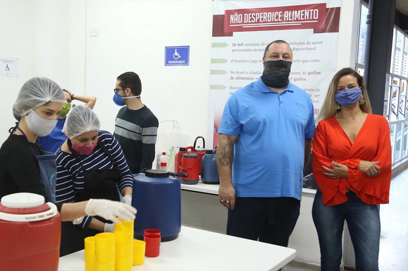O Chef Eduardo Seixas e Fernanda Winiarski, que está preparando lanches para o Mesa Solidária. Curitiba,19/05/2020. Foto: Luiz Costa /SMCS.