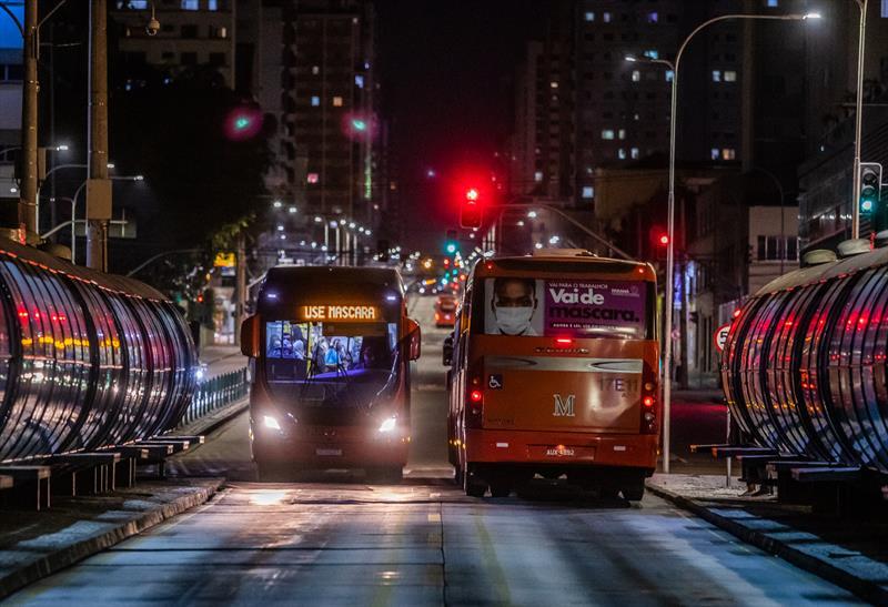 Curitiba tem a menor incidência de covid-19 entre as maiores capitais. Na imagem ônibus do transporte coletivo na Avenida Sete de Setembro com mensagens alusivas ao uso de máscaras pela população - Curitiba, 18/05/2020 - Foto: Daniel Castellano / SMCS