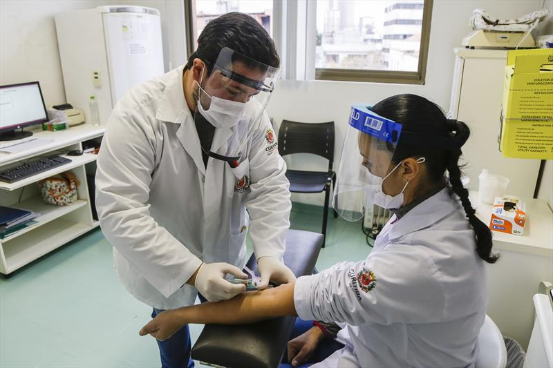 Profissionais da Saúde fazem teste para diagnosticar a covid-19. Curitiba, 04/06/2020. Foto: Pedro Ribas/SMCS