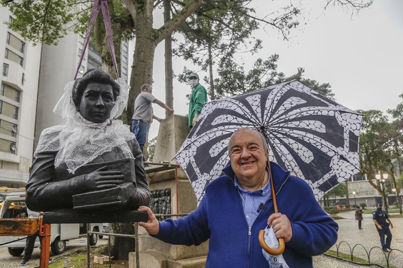 Prefeito Rafael Greca acompanha a instalação da réplica do busto de Júlia Wanderley na Praça Santos Andrade. Curitiba, 09/06/2020. Foto: Pedro Ribas/SMCS