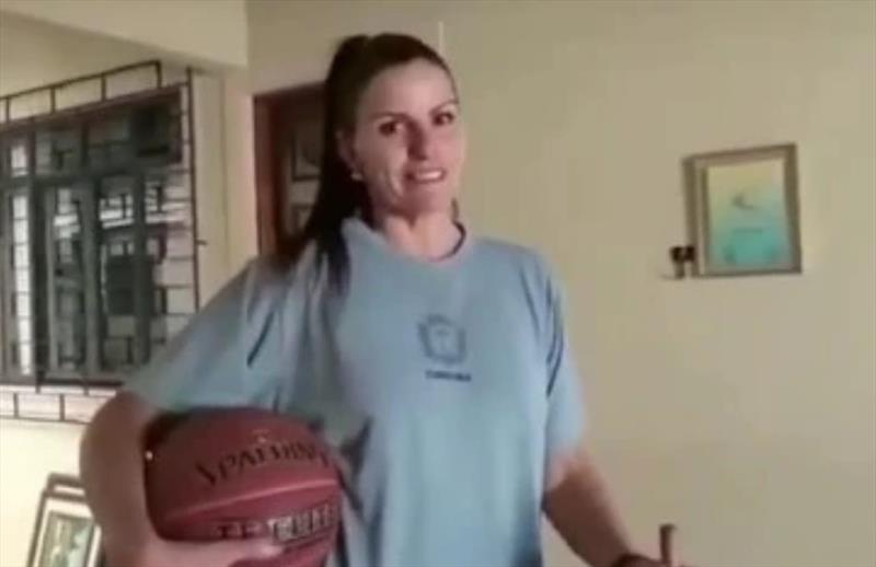 Dicas com fundamentos de basquetebol com a profissional de educação física da SMELJ Dalila Vulcão Mello, ex-atleta da Seleção Brasileira de Basquetebol. Foto: Divulgação