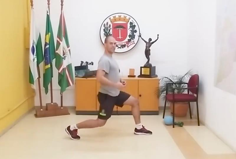 Aula on-line 59 com exercícios de Isometria com o profissional de Educação Física da Smelj Lucio Ferraz. Foto: Divulgação