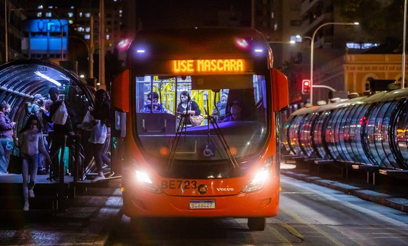 Urbs coloca 100% da frota em mais 15 linhas de ônibus. - Foto: Daniel Castellano / SMCS