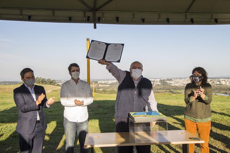 Prefeito Rafael assina projeto de lei para implantação e operação da futura usina solar no antigo aterro sanitário do Caximba. Curitiba, 23/06/2020. Foto: Pedro Ribas/SMCS