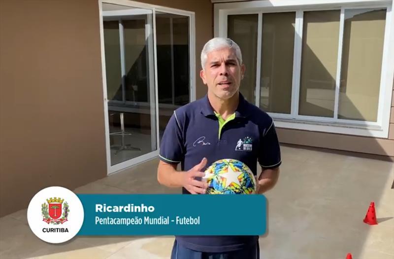 O pentacampeão mundial Ricardinho passou os exercícios de futebol no Desafio Esporte em Casa