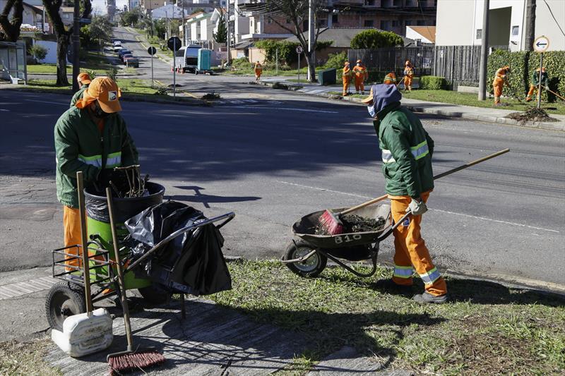 Equipes da Prefeitura limpam os estragos causados pelo vendaval. Curitiba, 01/07/2020. Foto: Pedro Ribas/SMCS