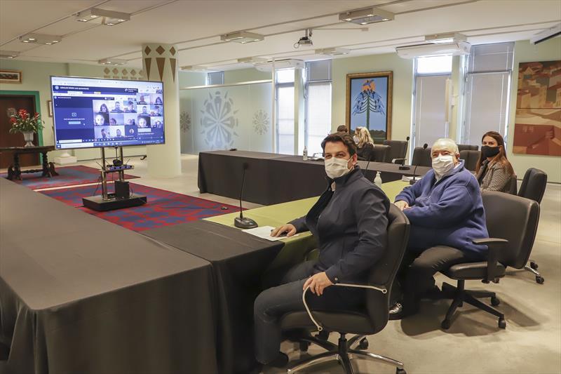 O prefeito Rafael Greca defendeu, em videoconferência com prefeitos da Região Metropolitana de Curitiba um esforço para abertura de mais leitos do SUS para covid-19 em hospitais da região. Curitiba, 06/07/2020. Foto: Hully Paiva/SMCS