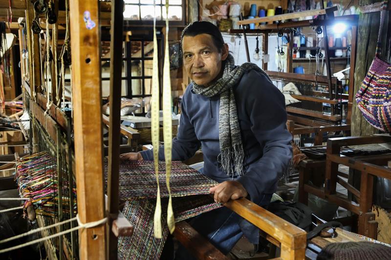 Os Artesãos que confeccionam peas de inverno em tear. - Na imagem, Francisco Pinsag, da Etnika tecelagem artesanal. Curitiba,08/07/2020. Foto: Luiz Costa /SMCS