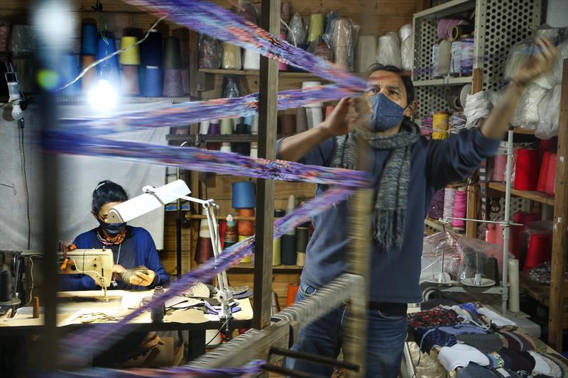 Os Artesãos que confeccionam peas de inverno em tear. - Na imagem, Francisco Pinsag e Edna, da Etnika tecelagem artesanal. Curitiba,08/07/2020. Foto: Luiz Costa /SMCS