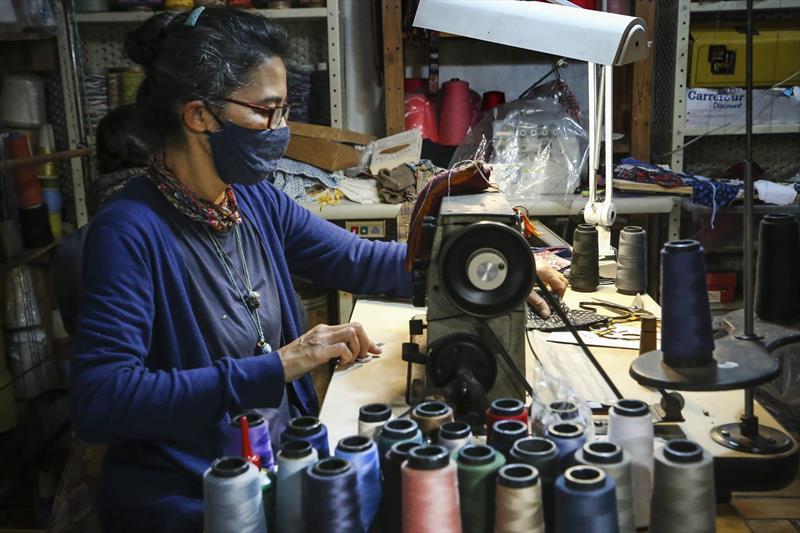 Os Artesãos que confeccionam peas de inverno em tear. - Na imagem, Edna Pinsag da Etnika Tecelagem Artesanal.  Curitiba,08/07/2020. Foto: Luiz Costa /SMCS