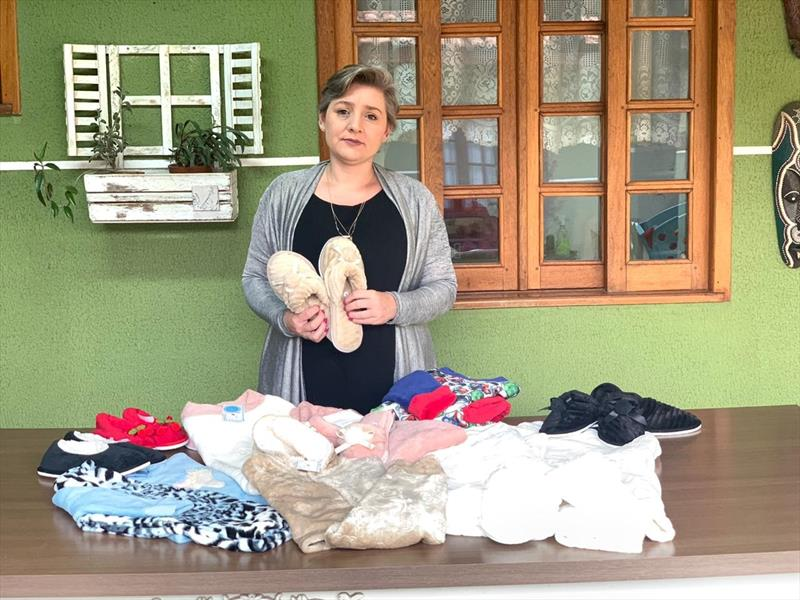 A artesã Ana Prata (foto) e sua mãe Sandra Rigos comercializam na plataforma da Feira do Largo da Ordem pijamas, chinelos e roupões felpudos. Foto: Divulgação