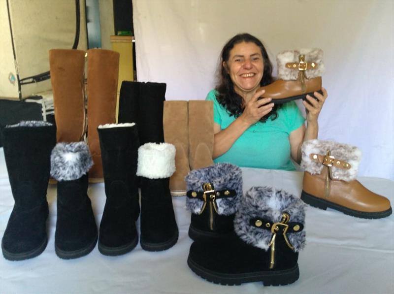 A artesã Silvania de Oliveira Schutze vende  no site da Feirinha do Largo botas forradas com pele sintética e acessórios para carros. Foto: Divulgação