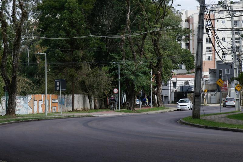 A Secretaria de obras está executando a fresa e recape num trecho de 2.300 metros (2,3 KM), da Mateus Leme, entre a Rua Evaldo Wendler e Rodovia dos Minérios PR-092 (Sociedade Cultural Abranches). Curitiba.16/07/2020 Foto: Ricardo Marajó / SMCS
