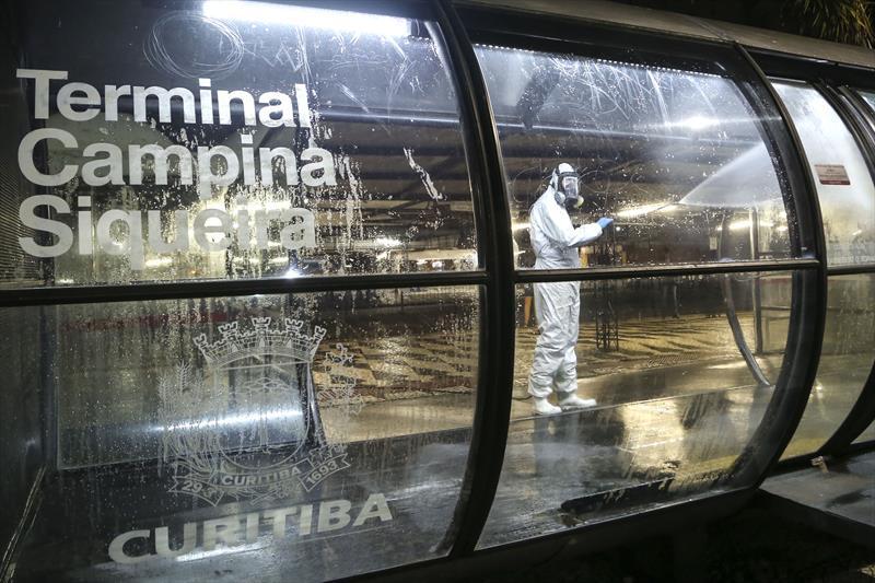 Higienização no terminal do Campina do Siqueira contra o novo coronavírus. Curitiba, 29/03/2020. Foto: Luiz Costa /SMCS.