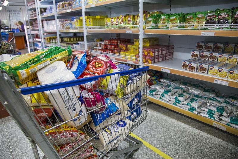 Pessoas em situação financeira instável já podem comprar nos Armazéns da Família. Foto: Pedro Ribas/SMCS