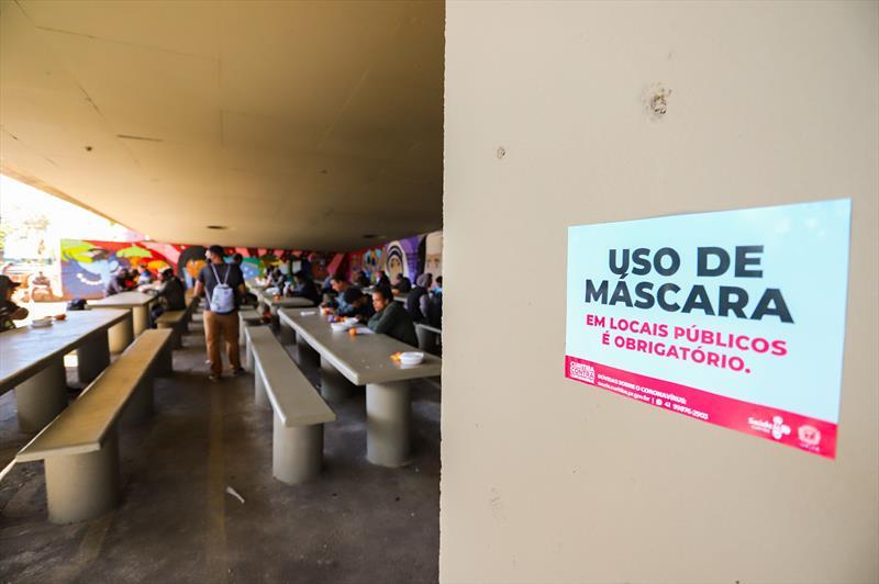 Almoço das pessoas em vulnerabilidade social do Centro POP Plínio Tourinho no espaço do Viaduto do Capanema através do programa Mesa Solidária - Curitiba, 15/07/2020 - Foto: Daniel Castellano / SMCS