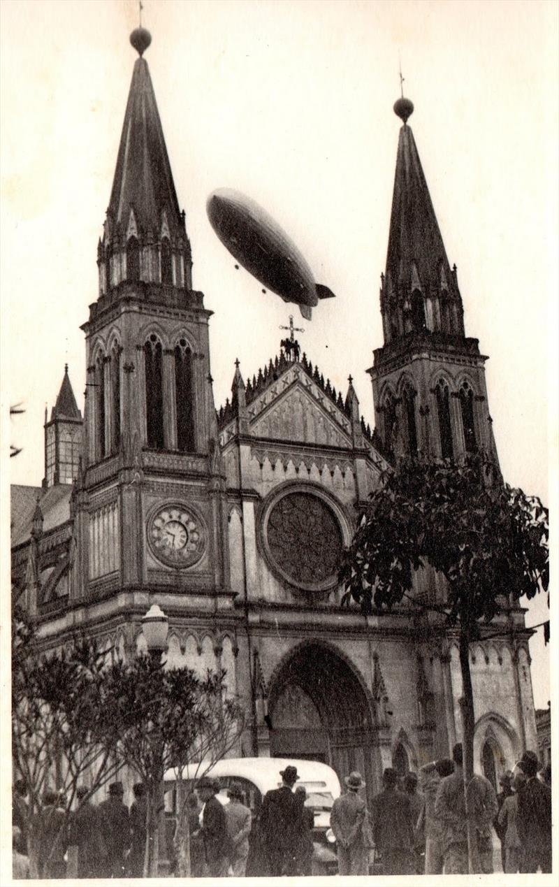 O dirigível Hindenburg sobrevoa a Catedral.  Registro de João Baptista Grof
