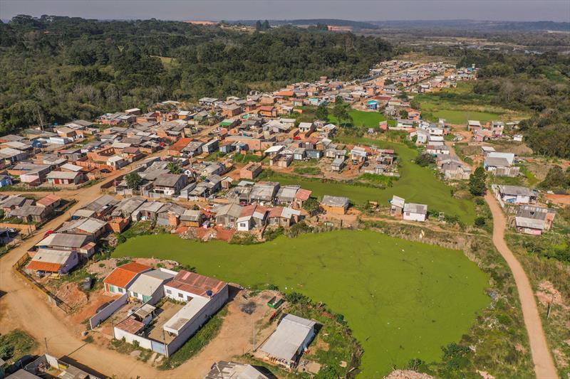 Vista aérea da área da Vila 29 de Outubro as margens do Rio Barigui no Caximba - Curitiba, 24/07/2020 - Foto: Daniel Castellano / SMCS