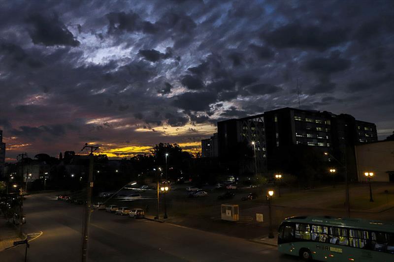 IMAGENS DA SEMANA: Fim de tarde no Centro Cívico. Curitiba, 27/07/2020. Foto: Hully Paiva/SMCS