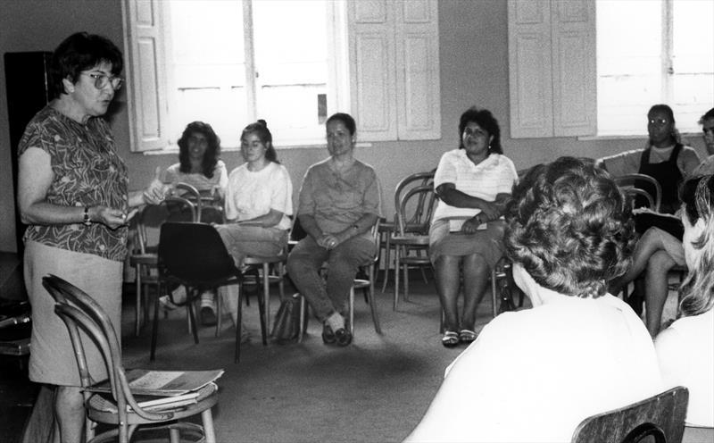 Cultura paranaense perde uma de suas incentivadoras, a pianista Henriqueta Garcez Duarte.  - Na imagem, Henriqueta Garcez Duarte na Oficina de Música de Curitiba , em 1985. Foto: Acervo - Casa da Memória