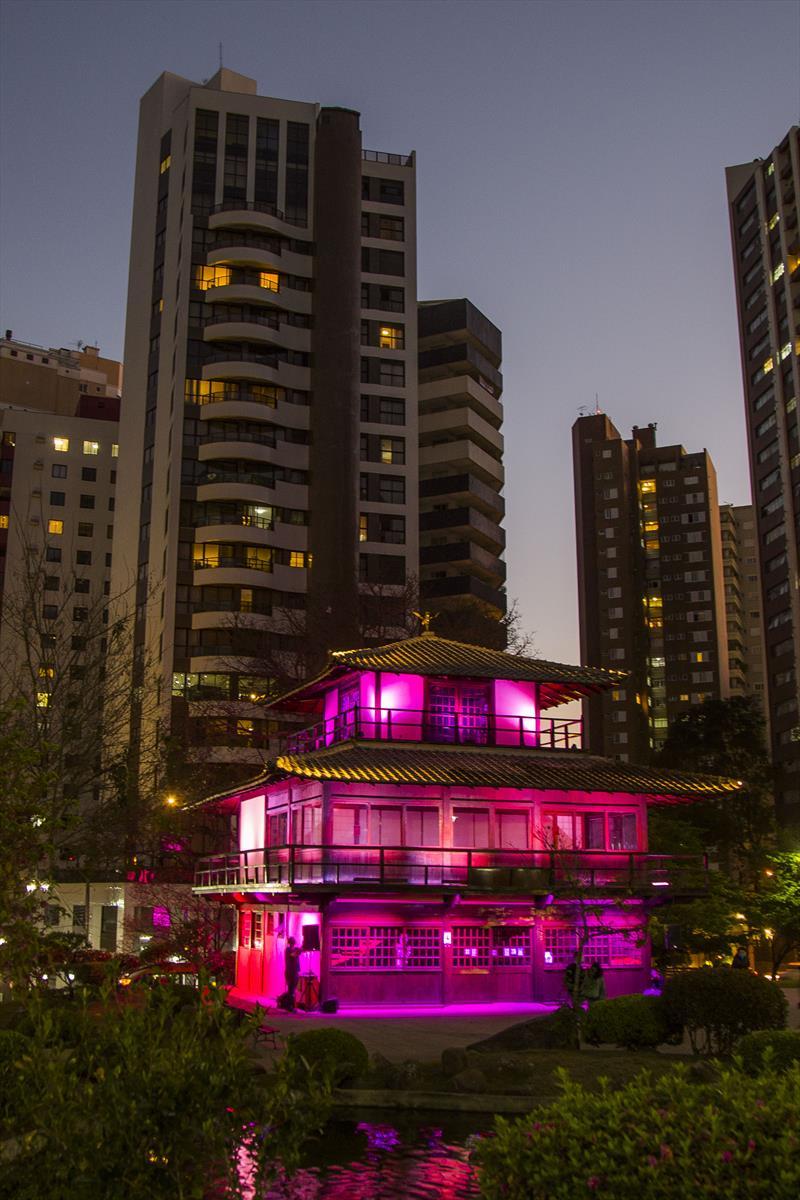 Nova iluminação cênica da Casa da Cultura Japonesa, na Praça do Japão. Curitiba, 03/08/2020. Foto: Pedro Ribas/SMCS