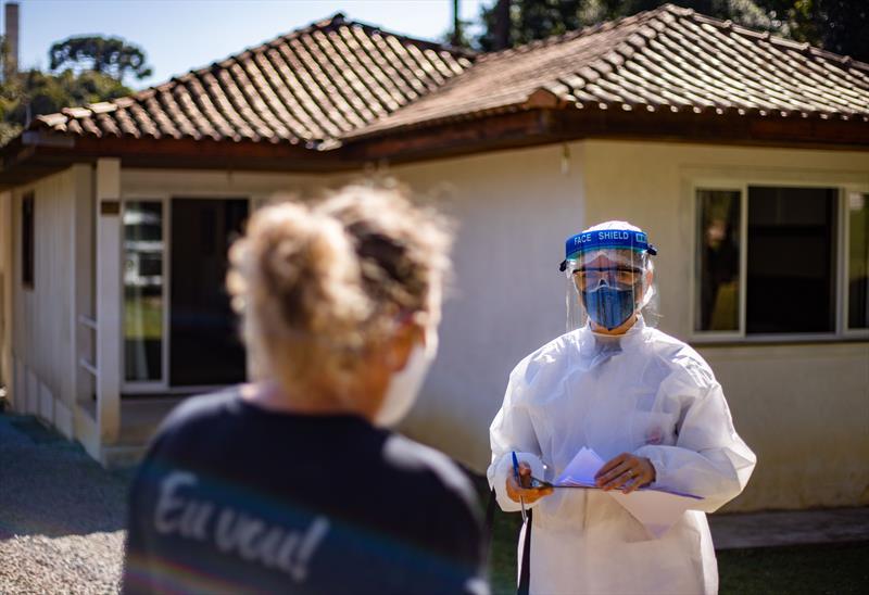 Profissionais de saúde da Unidade da Vila Aliança visitam pacientes confirmados com Coronavírus no bairro Santa Cândida - Curitiba, 04/08/2020 - Foto: Daniel Castellano / SMCS