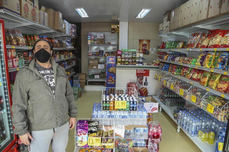 Johni Memeh - Microempresário dono de uma mercearia na Rua André de barros. Curitiba, 03/08/2020. Foto: Luiz Costa /SMCS