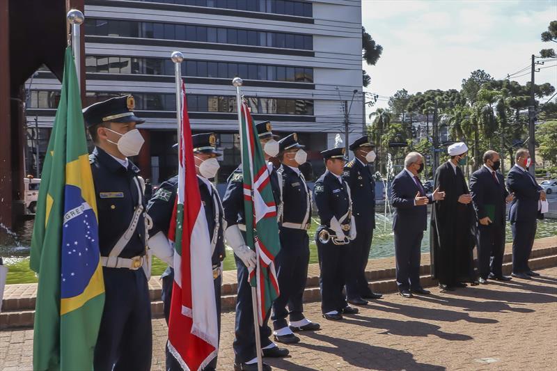 A Prefeitura de Curitiba promoveu uma cerimônia em homenagem às vítimas da explosão que ocorreu na região portuária de Beirute, no Líbano, na última terça-feira (4/8). A solenidade reuniu autoridades diplomáticas e religiosas no Memorial Árabe, localizado na Praça Gibran Khalil na Gibran. Curitiba, 08/08/2020. Foto: Hully Paiva/SMCS