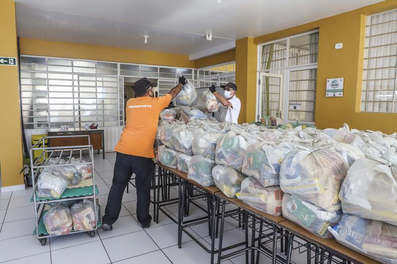As regionais Boa Vista e Santa Felicidade fornecem, nesta segunda-feira, os kits de alimentação escolar às famílias dos estudantes da rede municipal de ensino. Curitiba, 10/08/2020. Foto: Hully Paiva/SMCS