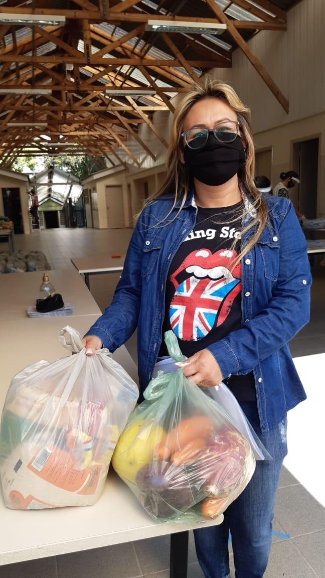 Débora Fortunato dos Santos, mãe do estudante Raul, 10 anos, durante a retirada do kit na Escola Municipal CEI Francisco Klemtz, no Portão. Foto: Divulgação
